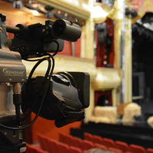 Kamera filmar scenen på Åbo Svenska Teater