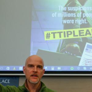 Jorgo Riss, direktör för Greepeace EU talar om de dokument Greenpeace kommit över.