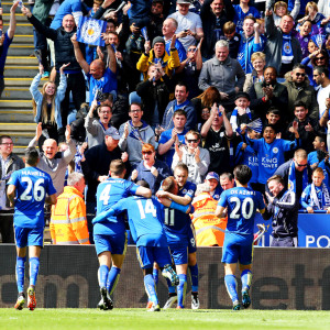 Leicester-spelare firar en fullträff.