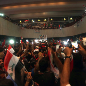 Demonstranter inne i parlamentet i Bagdad