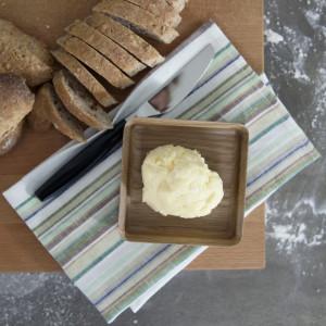 Surdegsbröd med kärnat smör.