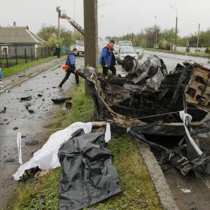 Observatörer från OSSE undersökte i onsdags en bil som träffades av en granat nära en vägspärr som kontrolleras av separatister i Donetsk