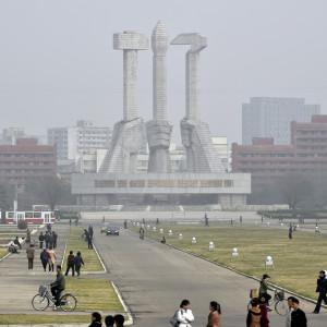 """Koreanska Arbetarpartiets monument i centrum av Pyongyang. Banderoller med slagord som  """"Tillsammans med partiet för all evighet""""  har hängts upp på många håll i staden"""