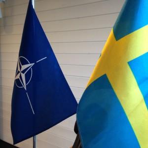 Sveriges och Natos flaggor sida vid sida.