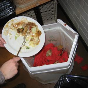 Hur mycket mat kastar du bort om dagen? Bild: YLE/Ingela West