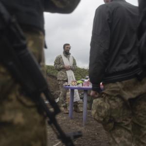 Soldater lyssnar på fältpräst i Donetsk
