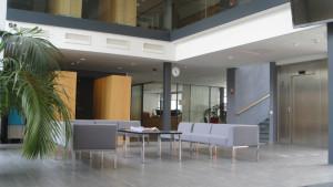 Foajen vid Yrkeshögskolan Novias huvudbyggnad på campus i Ekenäs.