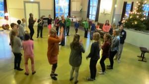 Borgby skolas elever i Sibbo lär sig ringlekar under ledning av Heidi Palmu och spelman Anders Backman