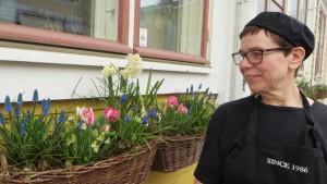 Monica Hänninen beundrar blommorna utanför lunchrestaurangen Hanna-Maria i Borgå