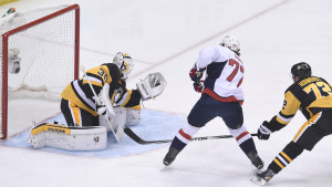 Matt Murray stoppar pucken i slutspelet mot Washington Capitals.