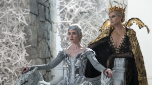 Emily Blunt och Charlize Theron i The Huntsman: Winter's War.
