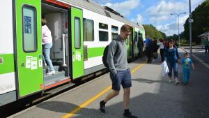 Rälsbussen vid Ekenäs tågstation.