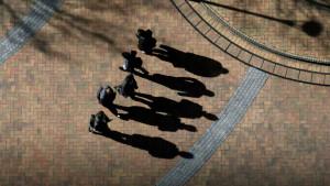 Fem okända män och deras skuggor.