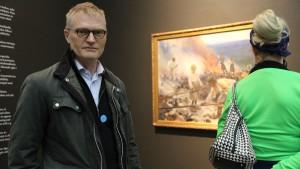 Henrik Meinander och i bakgrunden Eero Järnefelts verk, Trälar under penningen.
