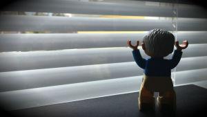 Leksaksgubbe vid fönster