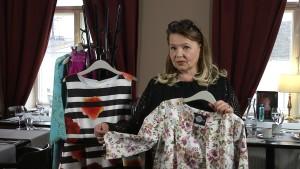 Modeskaparen Jaana Varkki-Terho visar vårens festmode.