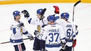Sebastian Aho, Mika Pöyrälä firar mål med lagkamrater, Finland-Ryssland, EHT, april 2016.