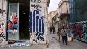 En grekisk flagga hänger utanför en butik i stadsdelen Plaka i Aten.