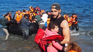 Frivilliga hjälper barnen ur båten