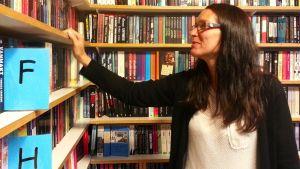 I Mariehamn köper folk böcker i de två bokhandlarna.