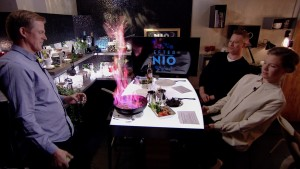 Kenneth Nars, Mårten Svartström och Sonja Kailassaari flamberar kött.