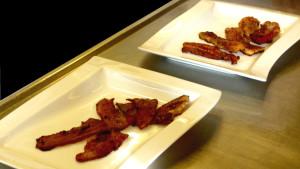 Vad är ekologisk och vad är konventionell bacon? Bild: YLE/Smältpunkt/Louise Bergman