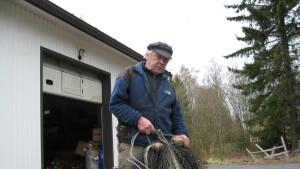 Tor-Erik Johansson reparerar fiskebragderna.