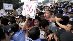 Kinesiska demonstranter utanför Meiko Electronics i Kina