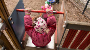 Barn i rutschbana