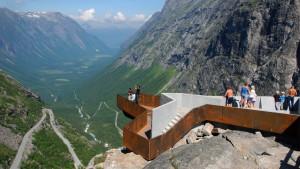 Turister vid utsiktsplats vid Trollstigen i Norge