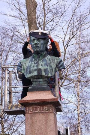 Runeberg får sin mössa.