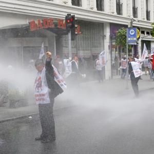 Demonstranter drabbar samman med kravallpolis då de försöker nå Taksimtorget i Istanbul 1.5.2016