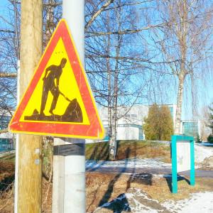 Ett trafikmärke som varnar för byggarbete invid Mattlidens skola.
