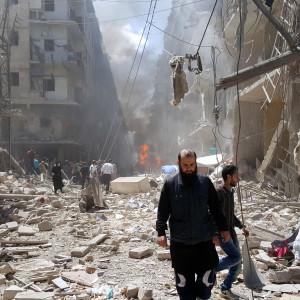 Människor i den rebellkontrollerade stadsdelen Bustan Al Qasr i Aleppo efter flygräder 28.4.2016