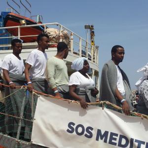 Människor stiger av ett fartyg i Lampedusa efter en räddningsoperation 18.4.2016
