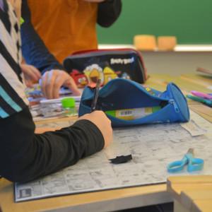 Elev ritar under en lektion.