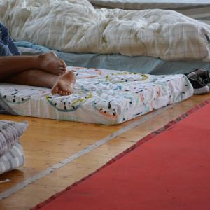 Sovande man på flyktingförläggningen i Pansio, Åbo