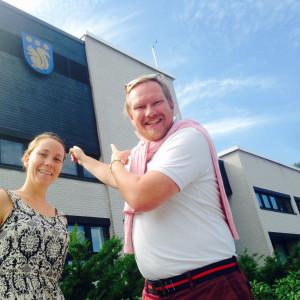 Carina Bruun och Ted Urho poserar utanför stadshuset i Grankulla.