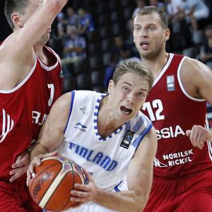Finlands Petteri Koponen i duell med två ryssar.