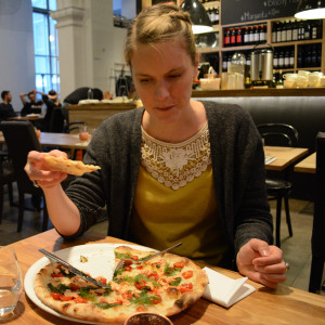 Reporter Marianne Sundholm prövar Helsingfors dyraste pizza på Pjazzo.