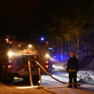 Brandbil och brandman.