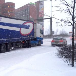 Trafikkaos 12.1.2016. En långtradare har fastnat mitt på vägen till Västerleden.