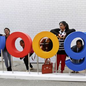 Indiska studerande och Googles logotyp i New Delhi den 17 december 2015.