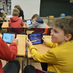 Eleverna Viktor och Hnery håller i pekplattor.