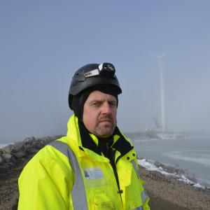 Andrius Cypas på East Wind Brokers, ansvarar för nedmonteringen av Innopowers möllor på Björnön i Kristinestad.