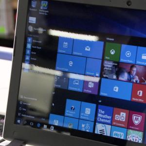 Tietokoneen näytöllä Windows käyttöjärjestelmä.