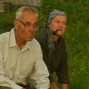Kalle Päätalo istuu äitinsä Riitun (Pirjo Leppänen) kanssa järven rannalla.