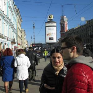 Ihmisiä Pietarin Nevski Prospektilla