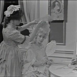 en svartvit bild på två damer från den gustavianska epoken