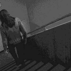 Kvinna går nedför trappa